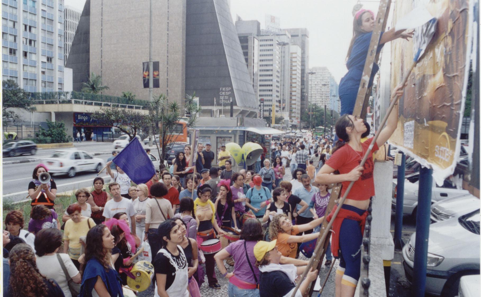 Intervenção direta em outdoors, na Av. Paulista, em São Paulo, como parte das ações do 17 de outubro de 2004