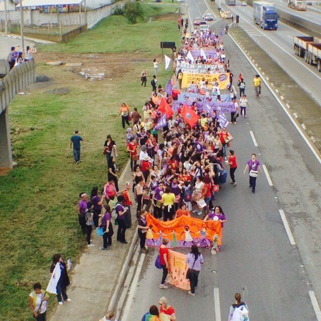 """Ato """"Seguiremos em marcha até que todas sejamos livres!"""" passa pela rodovia federal no Vale do Ribeira. Foto: Elaine Campos"""