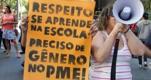 11ago2015---manifestantes-contrarios-e-a-favor-da-inclusao-das-identidades-de-genero-ao-pme-plano-municipal-da-educacao-que-sera-votado-na-tarde-desta-terca-feira-protestam-em-frente-a-camara-1439310193060_956x500