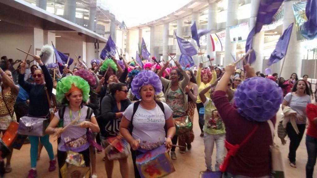 Batucada feminista da Marcha Mundial das Mulheres presente na Marcha das Margaridas 2015