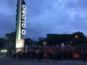 Manifestação em frente ao jornal O Globo no Rio de Janeiro.