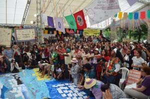 Mulheres curando o Rio Doce na mística inicial da Plenária de Mulheres do IV ENA Foto: Cintia Barenho